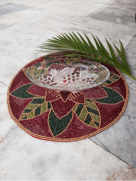 Maroon round placemats - -